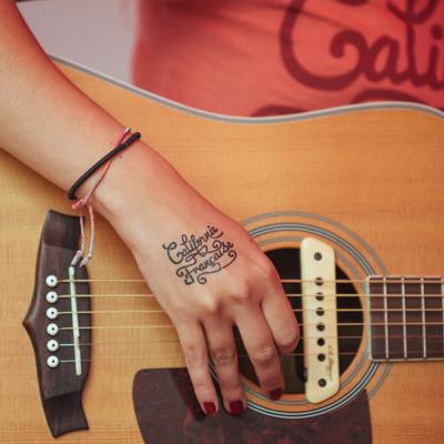 tatouage personnalisé noir logo