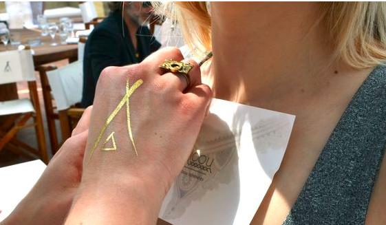 tatouage personnalisé doré